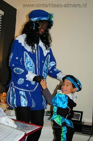 Piet en kind aan het dansen