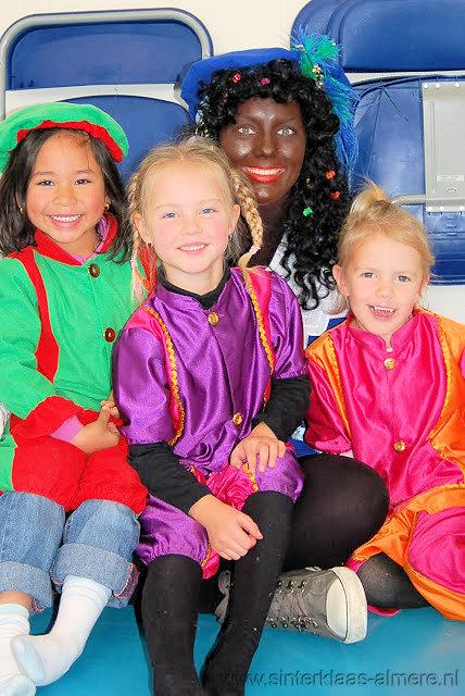 Kinderen willen op de foto met Zwarte Piet
