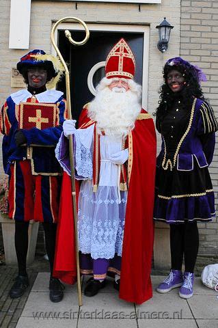 Sinterklaas op huisbezoek met twee Pieten