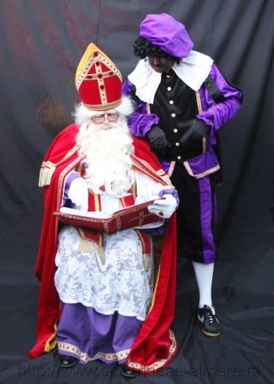 Sinterklaas met zijn boek